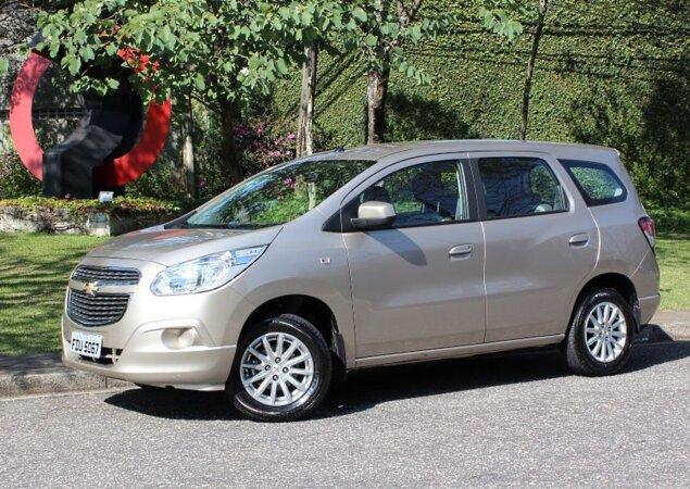 Nissan Livina E Chevrolet Spin Do Bandeira Na Praa Notcias Icarros